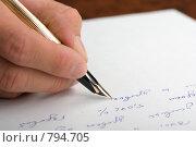 Купить «Мужская рука пишет перьевой ручкой», фото № 794705, снято 28 августа 2008 г. (c) Петухов Геннадий / Фотобанк Лори