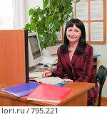 Купить «Женщина на рабочем месте изучает юридическую литературу», фото № 795221, снято 28 марта 2009 г. (c) Ирина Солошенко / Фотобанк Лори
