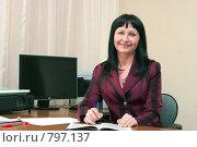 Купить «Женщина на рабочем месте изучает юридическую литературу», фото № 797137, снято 28 марта 2009 г. (c) Ирина Солошенко / Фотобанк Лори