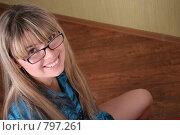 Купить «Улыбающаяся девушка в очках», фото № 797261, снято 5 февраля 2007 г. (c) Vdovina Elena / Фотобанк Лори