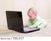 Купить «Малышка открыла интернет !», фото № 799917, снято 16 июня 2019 г. (c) Александр Fanfo / Фотобанк Лори