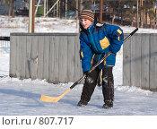 Купить «Мальчик с хоккейной клюшкой», фото № 807717, снято 2 февраля 2009 г. (c) Игорь Момот / Фотобанк Лори