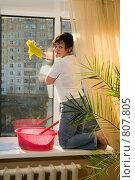 Купить «Женщина моет пластиковое окно», фото № 807805, снято 14 апреля 2009 г. (c) Александр Лядов / Фотобанк Лори