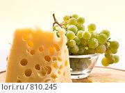 Купить «Кусок сыра и виноград», фото № 810245, снято 20 сентября 2005 г. (c) Кравецкий Геннадий / Фотобанк Лори