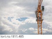 Купить «Подъемный подъемный кран и небо с облаками», фото № 811485, снято 21 августа 2019 г. (c) Losevsky Pavel / Фотобанк Лори