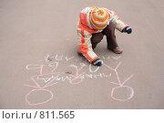 Купить «Мальчик рисует мелом на асфальте», фото № 811565, снято 20 января 2019 г. (c) Losevsky Pavel / Фотобанк Лори