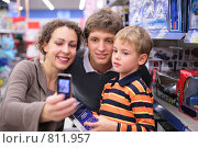 Купить «Семья фотографируется в магазине», фото № 811957, снято 7 августа 2020 г. (c) Losevsky Pavel / Фотобанк Лори