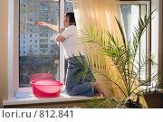 Женщина моет пластиковое окно. Стоковое фото, фотограф Александр Лядов / Фотобанк Лори