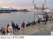 Рыбаки на пристани (2007 год). Редакционное фото, фотограф Елена Середникова / Фотобанк Лори