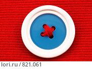 Пуговица на красной ткани. Стоковое фото, фотограф Beniamin  Gelman / Фотобанк Лори