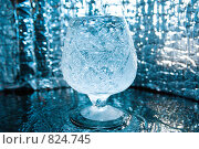 Купить «Вода и хрустальный бокал», фото № 824745, снято 21 января 2018 г. (c) Александр Fanfo / Фотобанк Лори