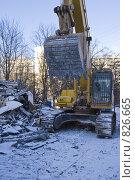 Снос жилого дома. Экскаватор убирает мусор. Стоковое фото, фотограф Светлана Силецкая / Фотобанк Лори