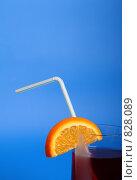 Стакан сока с долькой апельсина. Стоковое фото, фотограф Романенко Юлия Игоревна / Фотобанк Лори