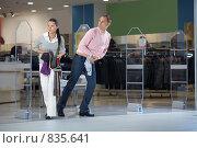 Купить «Воры выбегают из магазина», фото № 835641, снято 23 ноября 2008 г. (c) Raev Denis / Фотобанк Лори