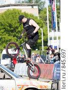 Купить «Шоу каскадеров: каскадер выполняет трюк на велосипеде», фото № 845697, снято 8 июня 2008 г. (c) Александр Косарев / Фотобанк Лори