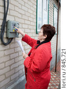 Купить «Контроль показаний электросчетчика», фото № 845721, снято 21 апреля 2009 г. (c) Галина Лукьяненко / Фотобанк Лори