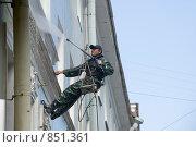 Купить «Мытье фасада. Мойщик», эксклюзивное фото № 851361, снято 7 мая 2009 г. (c) Александр Щепин / Фотобанк Лори