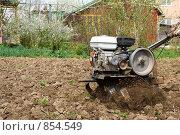 Купить «Мотоблок за работой», фото № 854549, снято 9 мая 2009 г. (c) Донцов Евгений Викторович / Фотобанк Лори