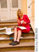 Купить «Абитуриентка сидит на ступеньках у входа в университет», фото № 864969, снято 5 мая 2009 г. (c) Олег Тыщенко / Фотобанк Лори