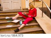 Купить «Студентка сидит возле университета и готовится к экзаменам», фото № 864973, снято 5 мая 2009 г. (c) Олег Тыщенко / Фотобанк Лори