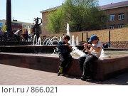 Дети у фонтана (2009 год). Редакционное фото, фотограф Юлия Букликова / Фотобанк Лори
