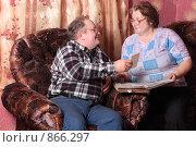 Купить «Пенсионеры смотрят фотоальбом», эксклюзивное фото № 866297, снято 2 апреля 2009 г. (c) Майя Крученкова / Фотобанк Лори