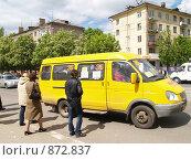 Маршрутное такси, проезжающее перед пешеходами, фото № 872837, снято 19 мая 2009 г. (c) Примак Полина / Фотобанк Лори