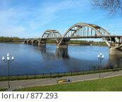 Купить «Вид на набережную и мост в городе Рыбинске», фото № 877293, снято 10 мая 2009 г. (c) Анна Белова / Фотобанк Лори