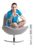 Девушка сидит на кресле и жует бутерброд. Стоковое фото, фотограф Кувшинников Павел / Фотобанк Лори