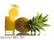 Купить «Стакан апельсинового сока и ананас», фото № 881761, снято 22 сентября 2019 г. (c) Goruppa / Фотобанк Лори