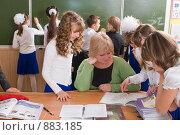 Купить «Школьники четвертого класса на перемене у стола учителя», фото № 883185, снято 7 мая 2009 г. (c) Федор Королевский / Фотобанк Лори