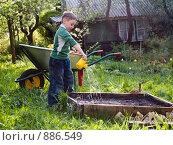 Купить «Мальчик с лейкой», эксклюзивное фото № 886549, снято 18 мая 2009 г. (c) Алина Голышева / Фотобанк Лори