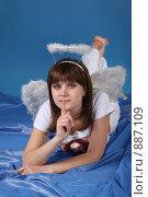 Купить «Девушка в костюме ангела», фото № 887109, снято 3 мая 2009 г. (c) Евгений Батраков / Фотобанк Лори