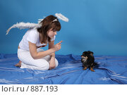 Купить «Девушка-ангел с собачкой на голубом фоне», фото № 887193, снято 3 мая 2009 г. (c) Евгений Батраков / Фотобанк Лори