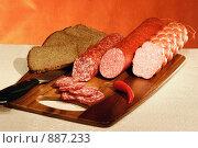 Купить «Копченые колбасы с черным хлебом на деревянной доске», фото № 887233, снято 6 ноября 2005 г. (c) Татьяна Белова / Фотобанк Лори
