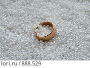 Купить «Широкое обручальное золотое кольцо лежит на белом бисере», фото № 888529, снято 25 марта 2009 г. (c) Кекяляйнен Андрей / Фотобанк Лори