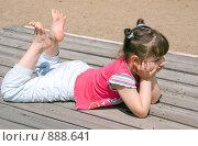 Девочка лежит на досках летом на пляже. Стоковое фото, фотограф Алёна Кухтина / Фотобанк Лори