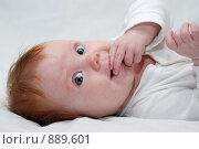 Купить «Маленький ребенок лежит на светлом фоне», фото № 889601, снято 1 мая 2009 г. (c) Дмитрий Калиновский / Фотобанк Лори