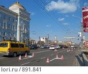 Купить «Нанесение дорожной разметки», фото № 891841, снято 21 апреля 2008 г. (c) Геннадий Соловьев / Фотобанк Лори