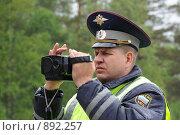 Купить «Сотрудник ДПС замеряет скорость на автотрассе в дождливую погоду», эксклюзивное фото № 892257, снято 22 мая 2009 г. (c) Free Wind / Фотобанк Лори