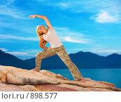 Купить «Девушка занимается физкультурой на фоне моря», фото № 898577, снято 28 апреля 2009 г. (c) Ольга Хорошунова / Фотобанк Лори