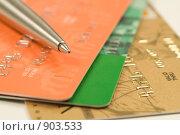 Купить «Шариковая ручка на кредитных картах», фото № 903533, снято 11 ноября 2008 г. (c) Сергей Плахотин / Фотобанк Лори