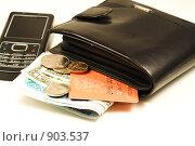 Купить «Мобильный телефон, кошелёк с наличными и кредитной картой», фото № 903537, снято 11 ноября 2008 г. (c) Сергей Плахотин / Фотобанк Лори