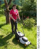 Купить «Женщина с газонокосилкой», эксклюзивное фото № 903645, снято 30 мая 2009 г. (c) Алина Голышева / Фотобанк Лори