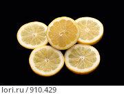 Кусочки лимона на чёрном фоне. Стоковое фото, фотограф Сухоносова Анастасия / Фотобанк Лори