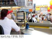 Купить «Расчетно - кассовая секция универсама. Кассир за работой», фото № 916101, снято 12 июня 2009 г. (c) Александр Подшивалов / Фотобанк Лори