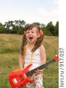 Купить «Девочка с гитарой», фото № 917037, снято 5 июля 2008 г. (c) Сергей Галушко / Фотобанк Лори