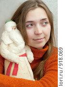 Купить «Девушка с Дедом Морозом», фото № 918069, снято 22 мая 2009 г. (c) Яков Филимонов / Фотобанк Лори
