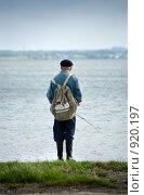Рыбак на фоне озера. Стоковое фото, фотограф Печеркин Артем / Фотобанк Лори