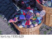 Купить «Вязаные рукавицы в корзине, уличная торговля», фото № 930629, снято 6 мая 2008 г. (c) Синицын Игорь / Фотобанк Лори